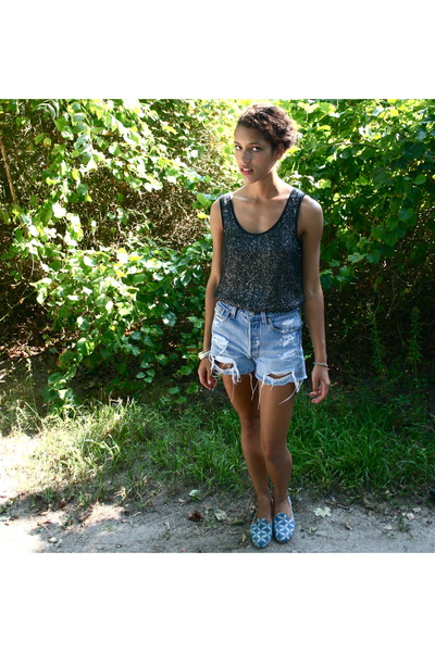 gray wren top - blue Levis shorts - blue Zalo shoes