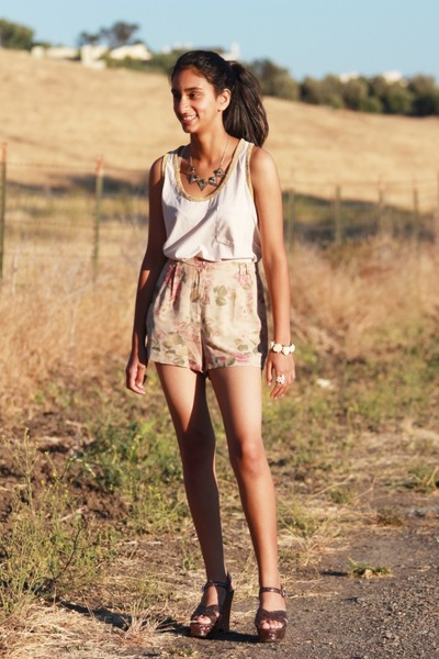 floral printed Urban Outfitters shorts - top - Michael Kors wedges