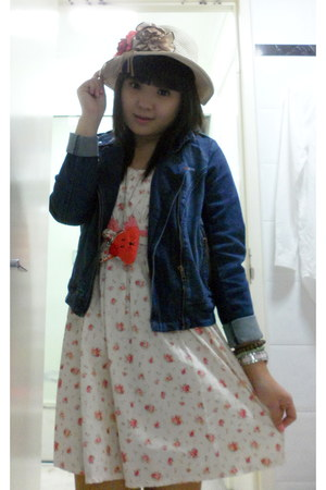 floral dress Februgust dress - Therapy boots - unbranded hat
