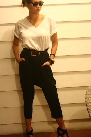 Hanes shirt - Zara pants - belt - Zara shoes - rayban sunglasses