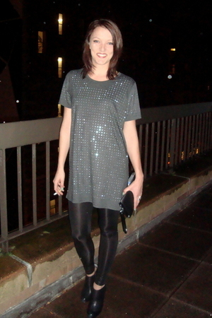 gray pinkyotto t-shirt - black Steve Madden boots - black Samse&Samse leggings -