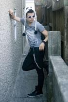 v neck shirt Express shirt - hightops Aldo shoes - wax jeggings Express leggings