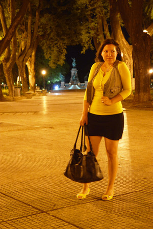 yellow t-shirt - black Ver bag - black skirt - yellow canvas viamo sandals