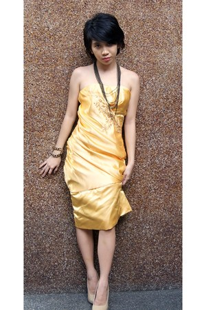 yellow maxi gown dress - nude janilyn heels - accesories necklace