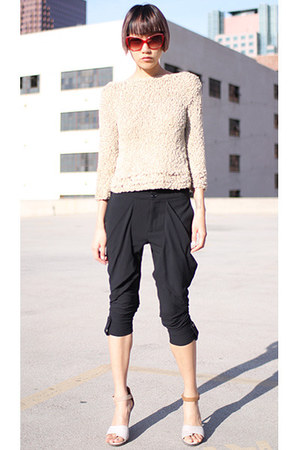 black Alice &amp; Olivia pants - beige vintage sweater - red Derek Lam sunglasses