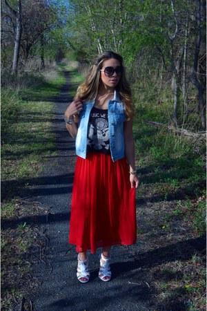 red pleated Forever 21 skirt