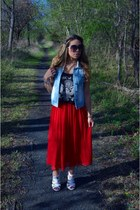 red pleated Forever 21 skirt