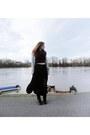 Black-dr-martens-boots-crimson-new-yorker-scarf-black-bershka-skirt