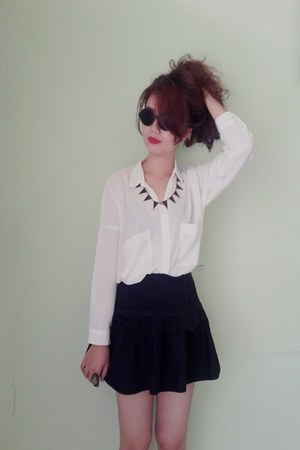 black glasses - black spike numu necklace - white loose blouse