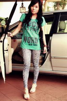 blue Hard Rock Cafe New York t-shirt - black leggings - beige Viss shoes - black