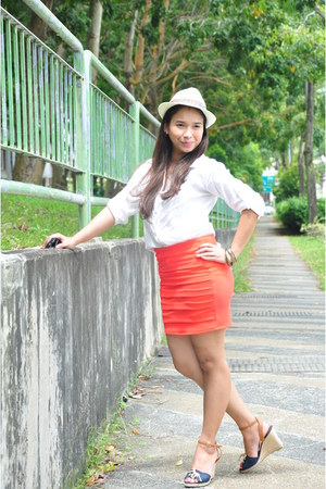 carrot orange skirt - cream hat - white top
